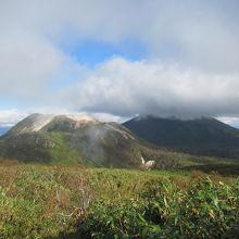山頂からのイワオヌプリ、アンヌプリの山容が見事