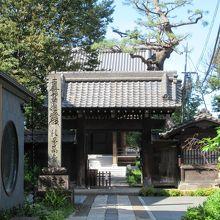 法塔と山門 (左手の建物が瑠璃殿寺務所)
