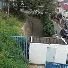 入口から石垣沿いに、登り口の道が廻っています。高台です。