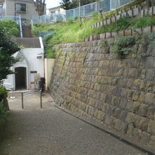 諏訪公園の入口から石垣沿いに、登り口の道路が廻っています。