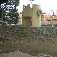 諏訪公園の登り口を上り切ると、石垣に囲まれた遊具が見えます。