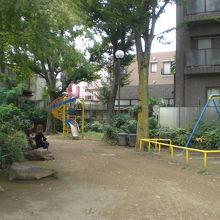 諏訪公園の丘の上の様子です。公園の中には、緑の樹々が多いです