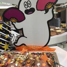 巨大チョコケーキの上に、小さなモンスターケーキがいっぱい