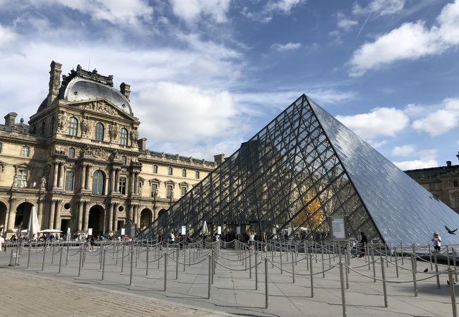 アイエムペイのガラスピラミッド