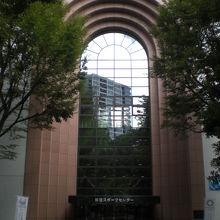 新宿スポーツセンターの正面入口です。ガラスを主体とする前面