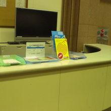 別の受付カウンターでは、スタッフが施設管理のため回っています