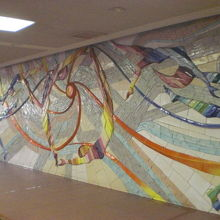 1階の休憩コーナーの壁画は、極彩色で、活動の原動力になります
