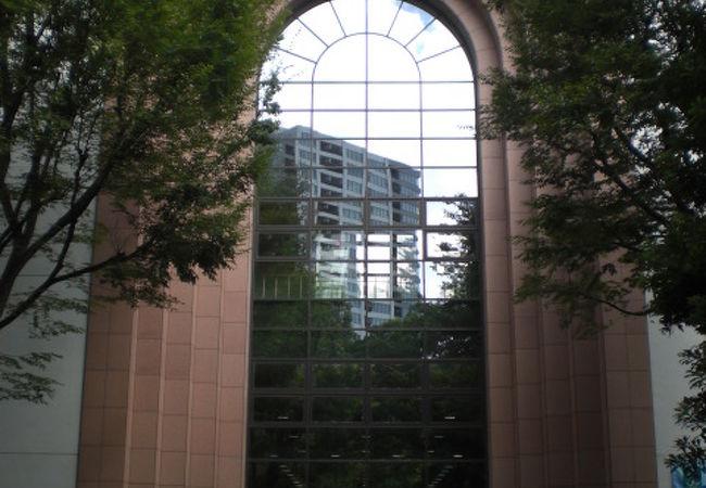 新宿スポーツセンターは、戸山公園(大久保地区)にあって、いろいろなスポーツを楽しめます。