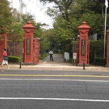明治通りに面している学習院旧正門です。赤色の鋳造製の門です。