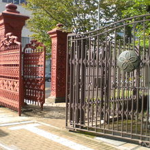 学習院旧正門が赤色で前、女子大等の正門が灰色で後方にあります