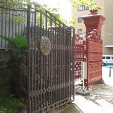 高・中等科の正門も同様、後方にあり、二重の門になっています。