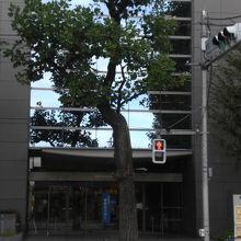 新宿コズミックセンター出入口です。多分、こちらが正式な出入口
