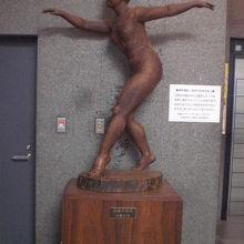 コズミックセンターの1階にある彫像の様子です。西側にあります
