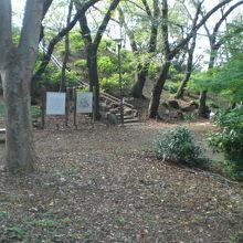 箱根山の登り口の様子です。解説の標識が立てられています。