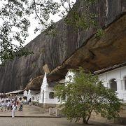 石を削った洞窟の仏