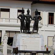 王子3人の銅像があるちょっとした広場