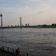 川沿いを散策