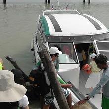 シャロン桟橋から乗っていくスピードボート
