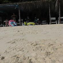 屋根付きのビーチチェアはプレミアム席です