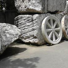 建築材料の大理石が置かれていました とても大きな石です