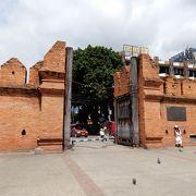 赤煉瓦の城郭と門にちょっとした広場