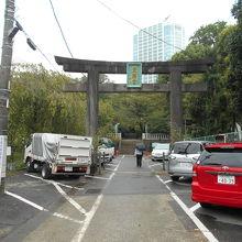 公園に挟まれさほど広くない参道は駐車場に貸し出されている。