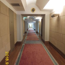 ジュータンだ敷かれてとても広い廊下、どこまでも歩いて行こうか