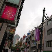 エスプラナード赤坂商店街振興組合のお店が沢山並び、賑やかです。