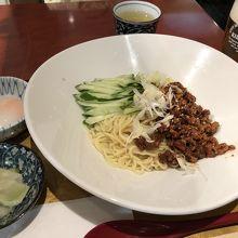 冷やしジャージャー麺です。お漬物も美味しかった。