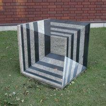 屋外展示 メビウスの立方体