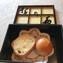 パンは店名入りのケースに入って出されます。