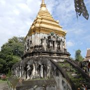 本堂の裏手にある仏塔が見事