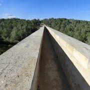 高く長い水道橋が残っているのに驚きです。