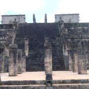 メインのピラミッドの脇にある神殿です。
