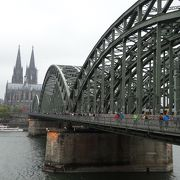 沢山の南京錠が掛けられている橋。