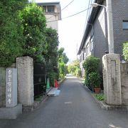 墓地が非常に広く歴史を感じる寺院です