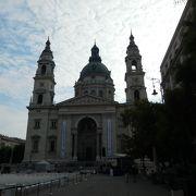 大聖堂の前の広場。観光客でにぎわっています。