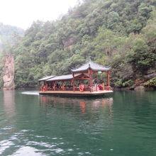湖上には遊覧船が航行しています