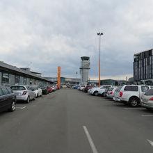 空港入り口から