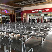 どこかの講堂のように、椅子がずらっと並んだゲート待合室。
