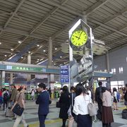 朝夕行き交う人々で一杯の品川駅コンコース、待ち合わせの時計台もあります!!