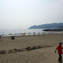 海岸から伊東方面を眺望しています。