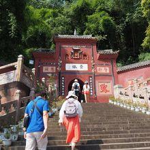 寺までは、階段をひたすら上りです。