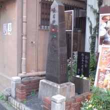 夏目漱石の誕生の地の石碑、句碑、解説を、右側から見ています。