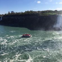 滝へ向かうボート