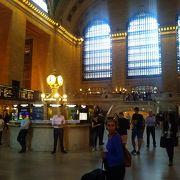 利用客、観光客が入り混じるマンハッタンを象徴する駅