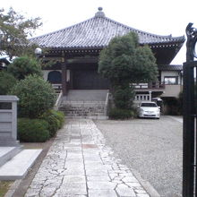 清源寺の入口から本堂を見ています。比較的、広い境内です。