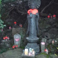 清源寺の子育て命の地蔵尊です。境内の右側に置かれています。