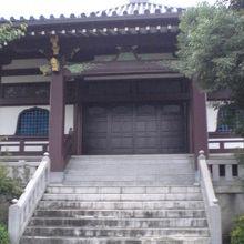 清源寺の本堂です。本堂の前には、石の階段が置かれています。