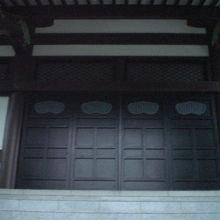 清源寺の本堂です。額等が無く、至って簡素な感じがします。